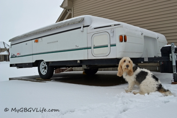 The camper looks ready, what swell weather for a camping trip! Let's get going!